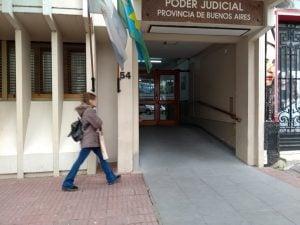 frente tribunal caminando