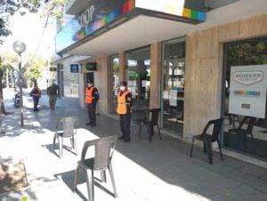 bancos policias sillas