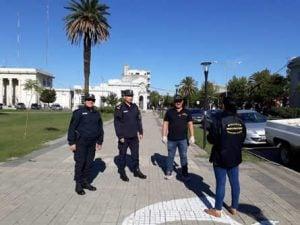 policia en plaza