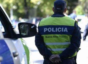 policia de espalda y patrullero