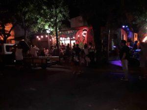 aglomeramiento de gente bar
